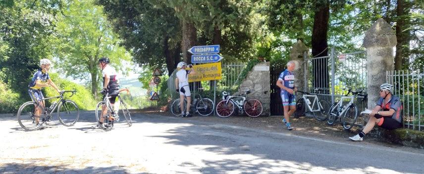 Radgruppe macht Pause kurz vor der Abfahrt Predappio
