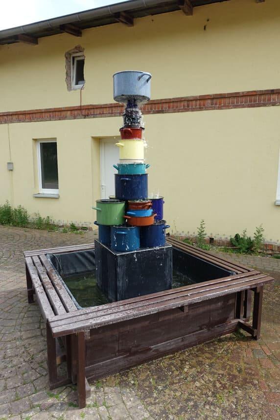 Brunnen aus Kochtöpfen